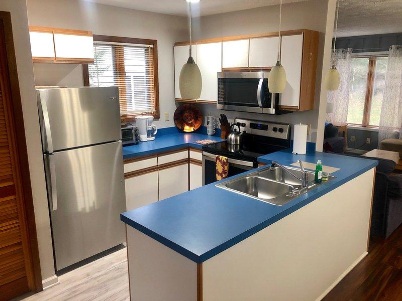 fullt utrustat kök med nya apparater och allt du behöver för att förbereda en måltid