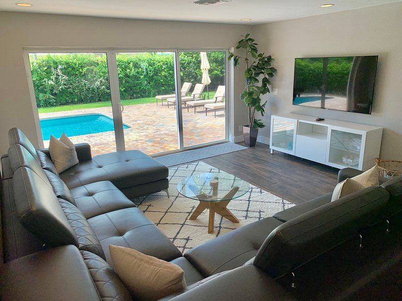 EXQUISITE NEW HOME - NEAR BEACH - HEATED POOL! – semesterbostad i Lauderdale by the Sea