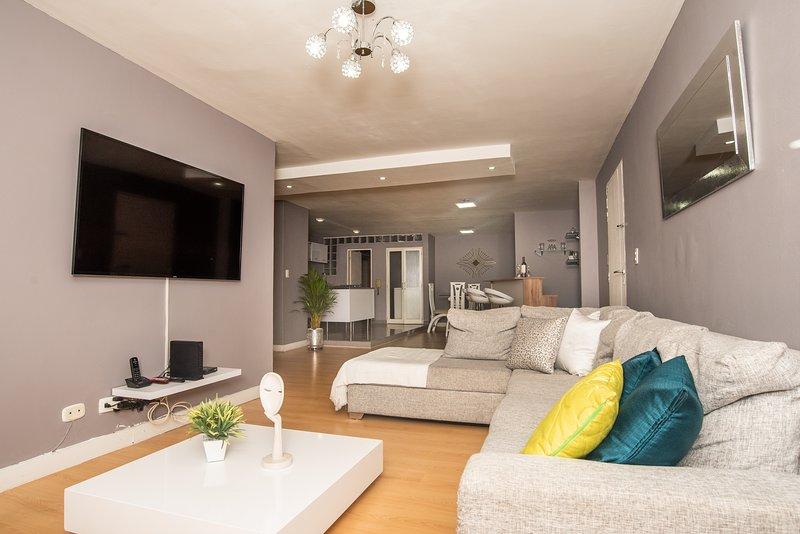 Spacious Lleras Loft Apartment with A/C – semesterbostad i Medellin