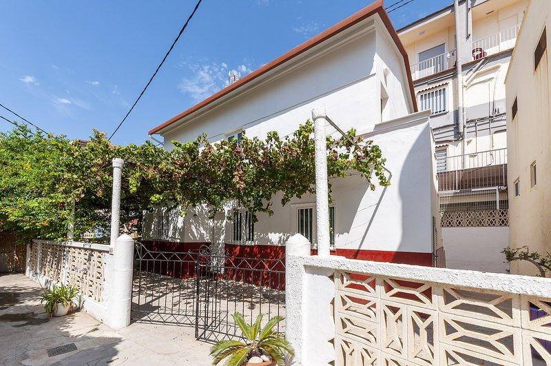 CASA MANDARINA - Chalet for 10 people in Platja De Gandia, holiday rental in Grau de Gandia