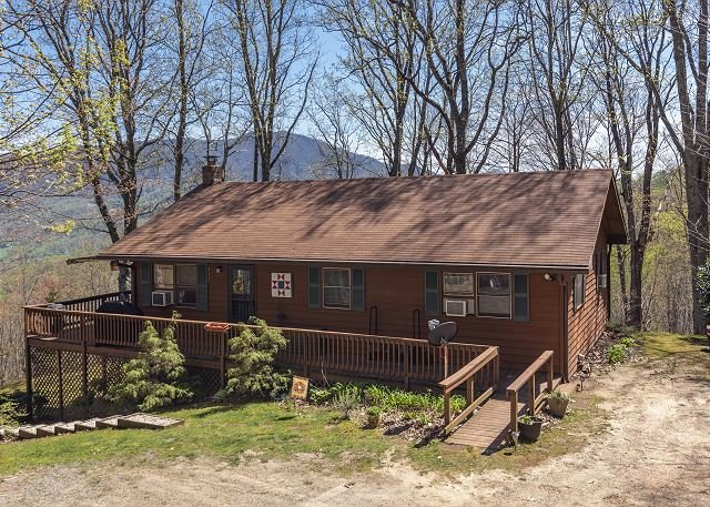 Mountain Hideaway at 4,000' | Hot Tub & Wraparound Deck with Expansive Views!, vacation rental in Balsam