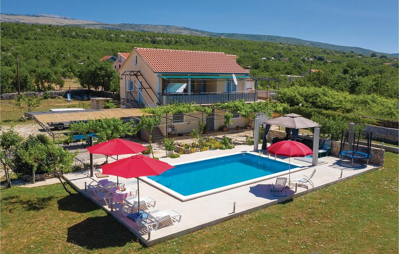 Stunning home in Donje Ogorje with WiFi and 2 Bedrooms (CDF515), holiday rental in Vrlika
