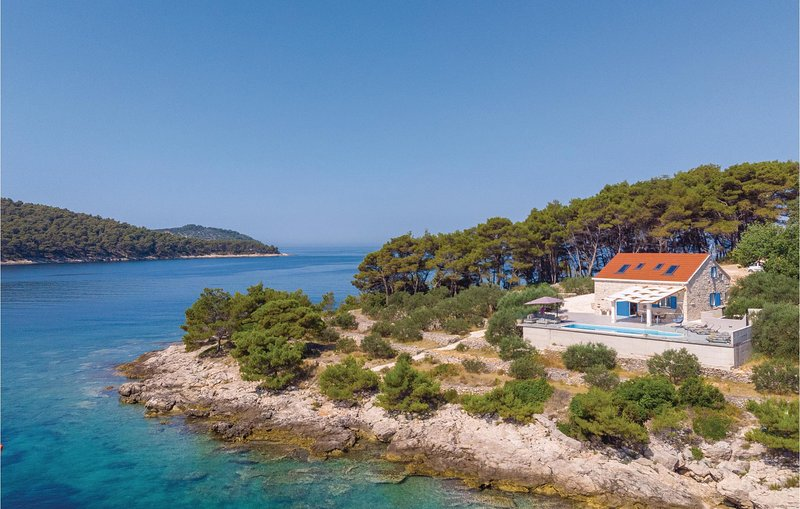 Awesome home in Mikulina Luka with Outdoor swimming pool, WiFi and 4 Bedrooms (C, holiday rental in Potirna