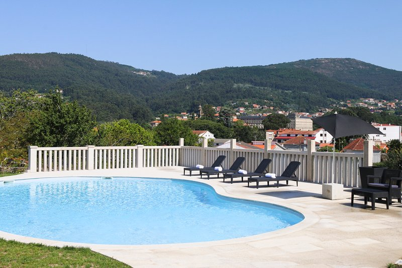 Campelo Villa Sleeps 12 with Pool - 5812799, vakantiewoning in Combarro