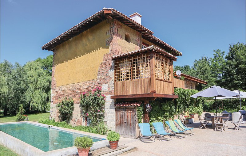Awesome home in St. Paul de Varax with WiFi, 5 Bedrooms and Outdoor swimming poo, holiday rental in Saint-Martin-du-Mont