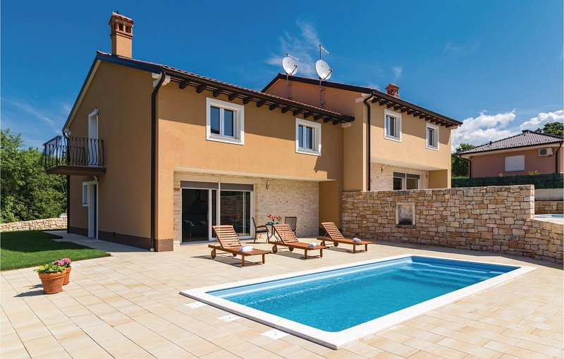 Stunning home in Putini with Outdoor swimming pool, WiFi and Outdoor swimming po, casa vacanza a Golas