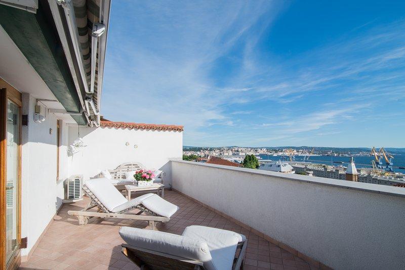 La  mansarda delle meraviglie. suite superior wi fi  parcheggio gratuito, aluguéis de temporada em Trieste
