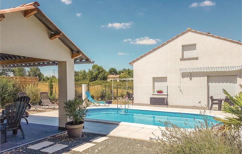 Stunning home in Le Pizou with WiFi and 4 Bedrooms (FAD325), location de vacances à Les Eglisottes-et-Chalaurès