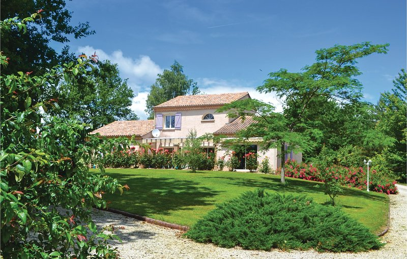 Stunning home in Payzac with WiFi and 3 Bedrooms (FAD812), location de vacances à Savignac-Lédrier