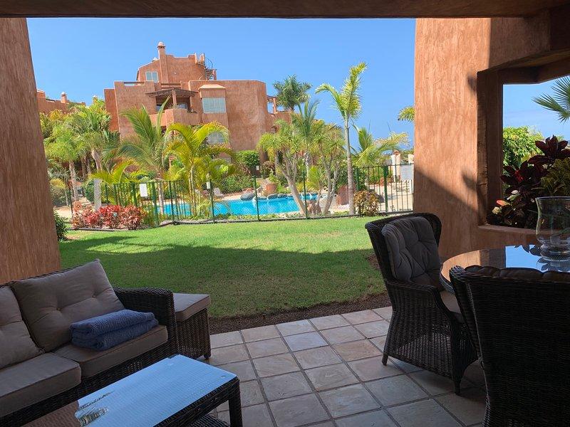 Vista dalla nostra terrazza sul giardino e piscina riscaldata