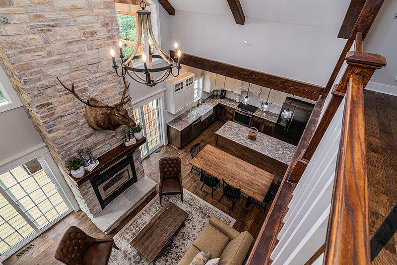 Salón del piso principal desde arriba mirando hacia abajo