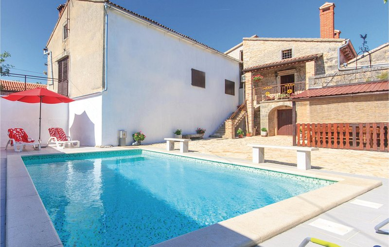 Stunning home in Stifanici with WiFi and 3 Bedrooms (CIL026), vacation rental in Baderna