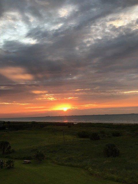Assista ao nascer do sol em uma das duas varandas todas as manhãs.