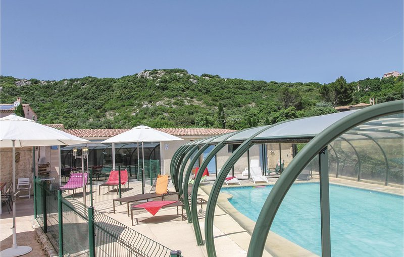 Nice home in Rochefort du Gard with WiFi and 4 Bedrooms (FLG148), holiday rental in Tavel