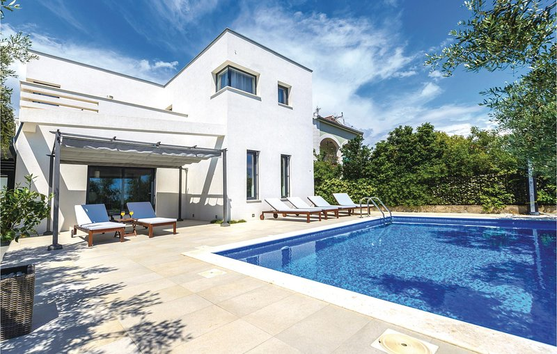 Nice home in Trogir with WiFi and 4 Bedrooms (CDE500), location de vacances à Gornji Seget