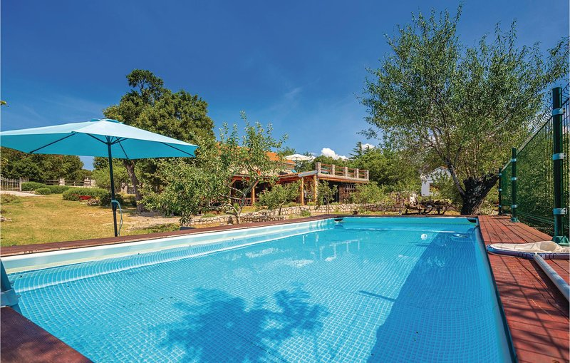 Nice home in Ledenice with WiFi and 3 Bedrooms (CKN456), casa vacanza a Donji Zagon