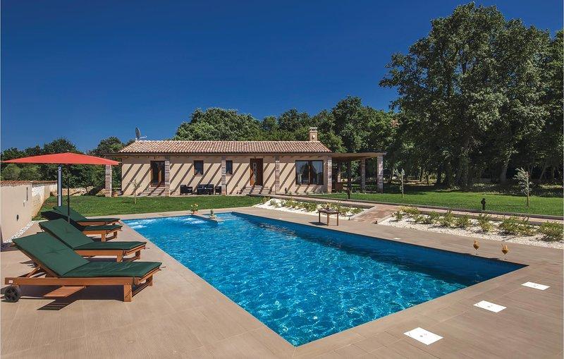 Amazing home in Pula with WiFi, Outdoor swimming pool and 3 Bedrooms (CIR372), alquiler de vacaciones en Sisan