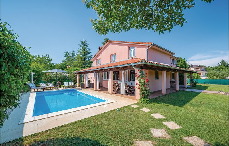 Awesome home in Rovinj with WiFi and 4 Bedrooms (CIV425), alquiler vacacional en Rovinjsko Selo