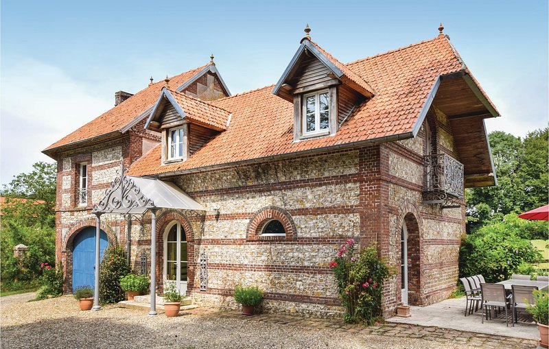 Stunning home in Hericourt-en-Caux w/ WiFi and 6 Bedrooms (FNS017), holiday rental in Doudeville