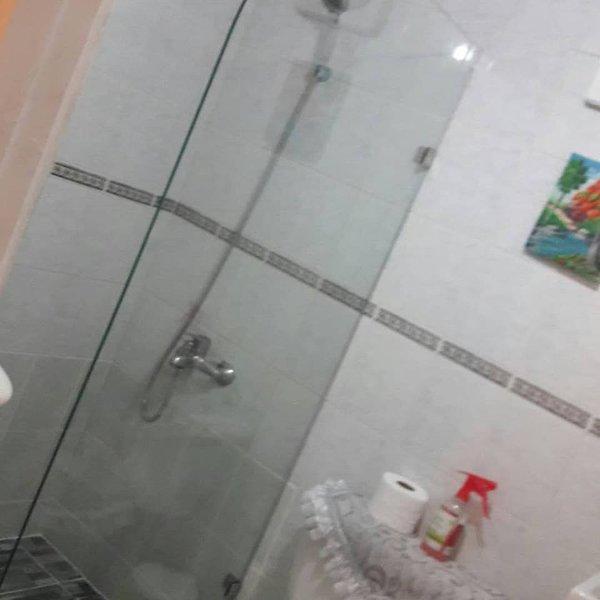 Teil des Badezimmers im Zimmer