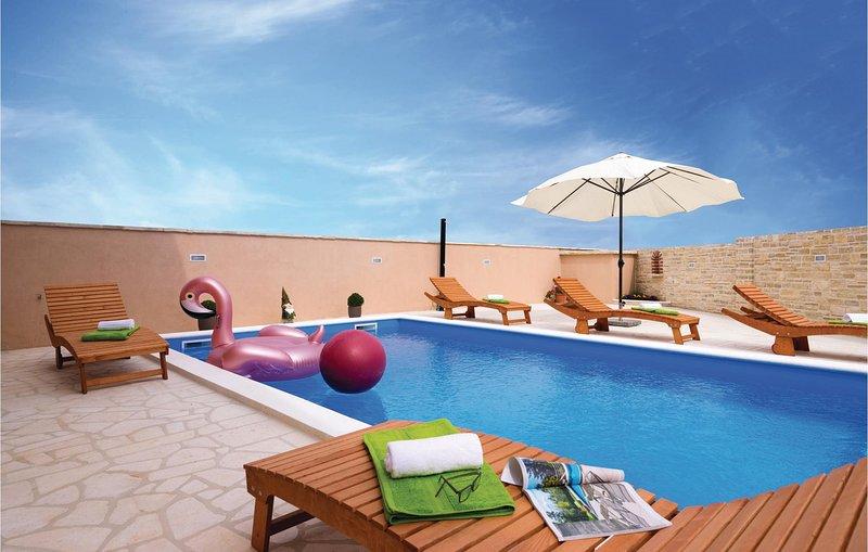Stunning home in Pridraga with WiFi, 4 Bedrooms and Outdoor swimming pool (CDA45, casa vacanza a Novigrad