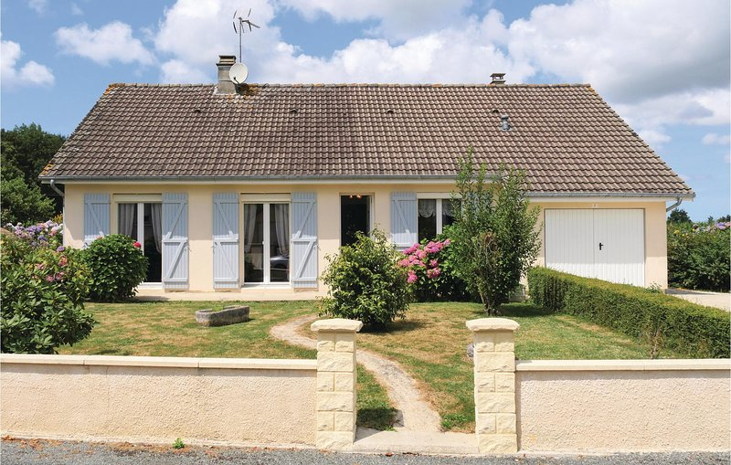 Beautiful home in Chef du Pont with WiFi and 5 Bedrooms (FNM323), holiday rental in Saint-Come-du-Mont