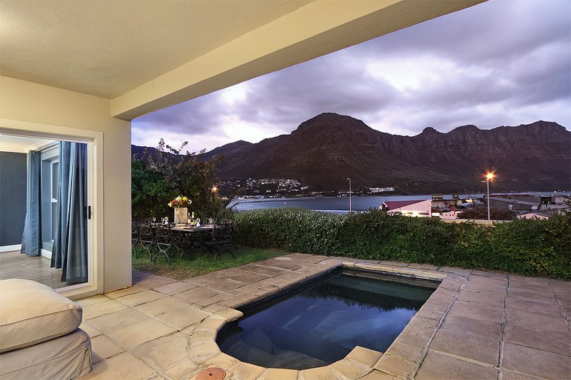 Stunning 8 sleeper villa Hout Bay's Beachfront, holiday rental in Hout Bay