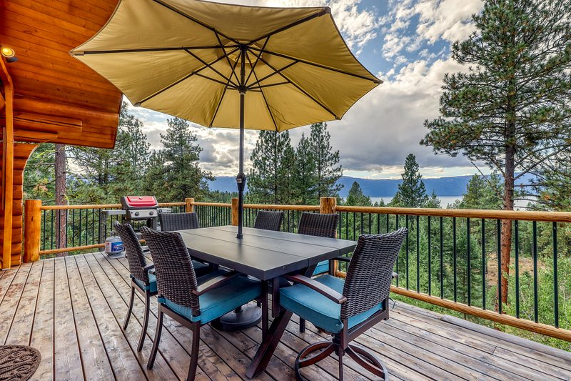 Secluded, lakeview cabin w/ deck, firepit, & pool table, location de vacances à Cascade