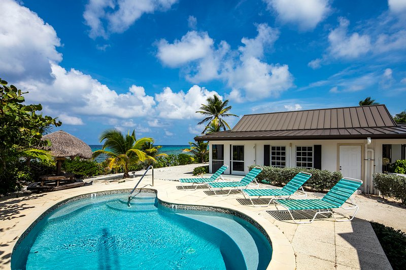 Conched Out: Island Chic Bungalow w/ Lush Tropical Landscaping,Pool & Backyard, holiday rental in Breakers