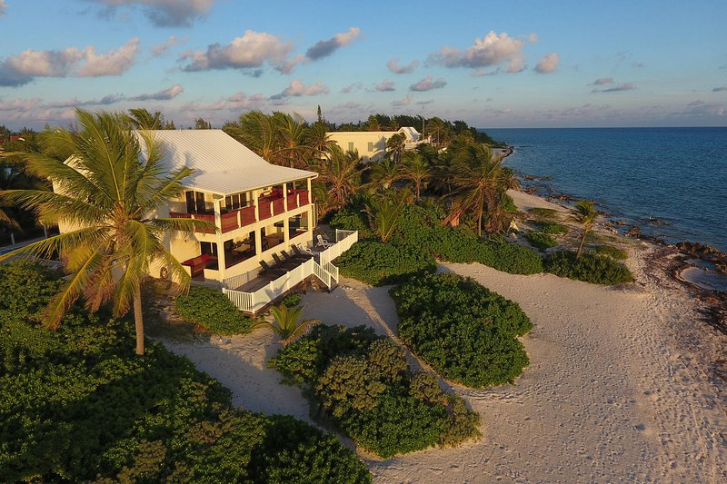 Heritage House: Caribbean-Style Rum Point Villa with Large Pool & Sandy Shores, location de vacances à Grand Cayman