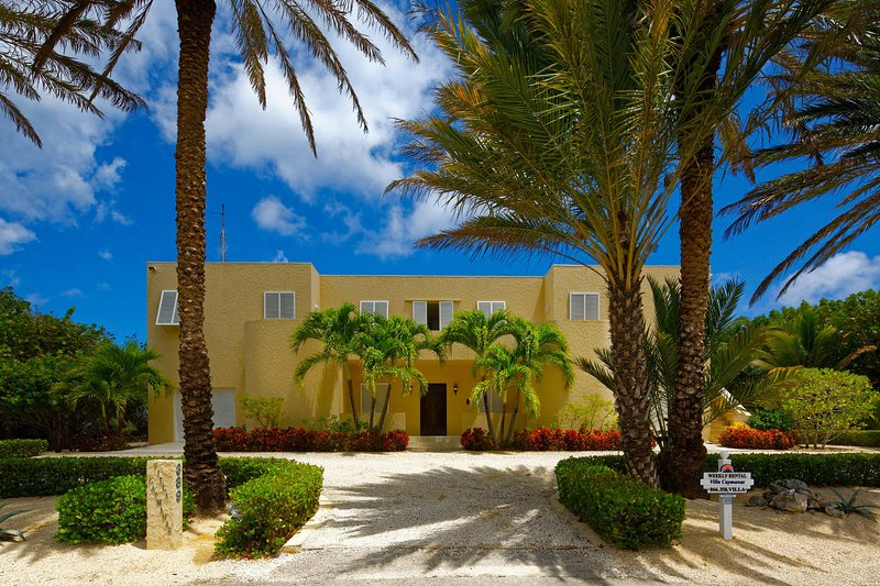 Front entry way to Villa Caymanas.