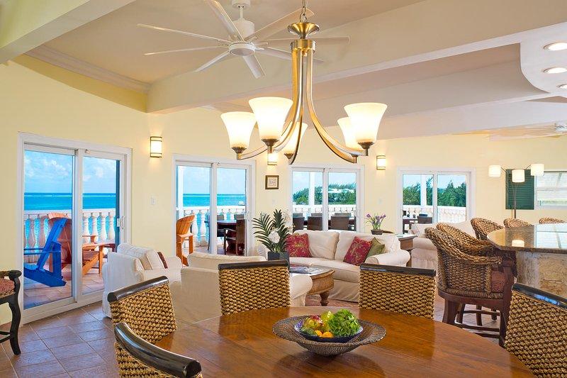 Lounge autour de la grande salle en bord de mer pour une vue panoramique turquoise.