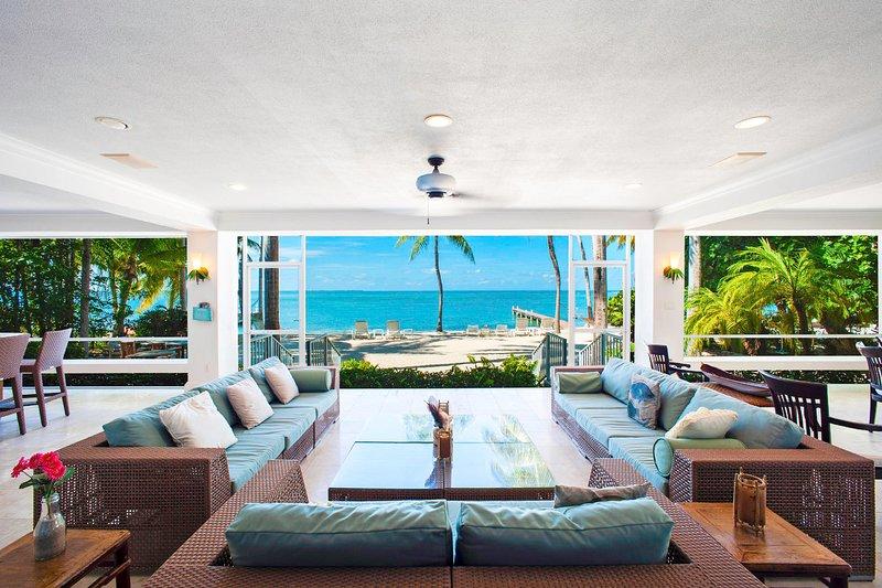 ¡Bienvenido a Cos Kai! Con una terraza de 1,000 pies cuadrados, puedes vivir en el interior mientras te sientes como si estuvieras en la playa.