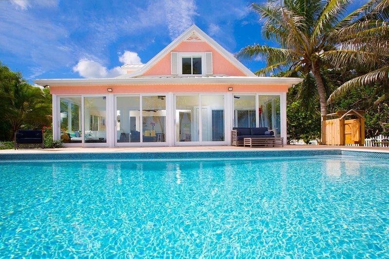 Vistas a la piscina mirando hacia la casa.