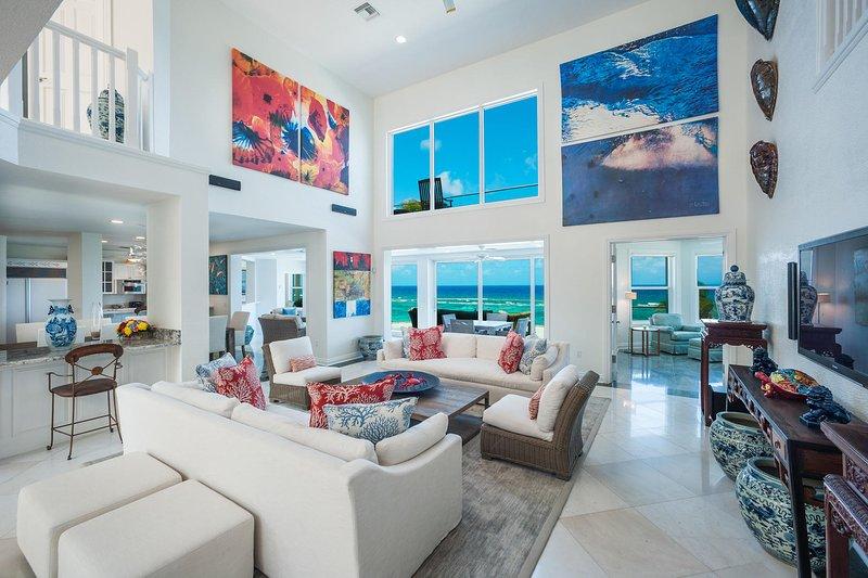 Great Bluff Estates: Luxury Villa with Pool, Cabanas, Multiple Decks & Great, location de vacances à Gun Bay