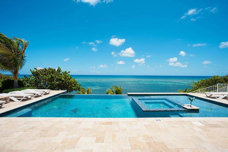Relájese y disfrute de las vistas panorámicas desde la piscina frente al mar y el spa. También hay una zona de chapoteo para niños pequeños para nuestros pequeños huéspedes.