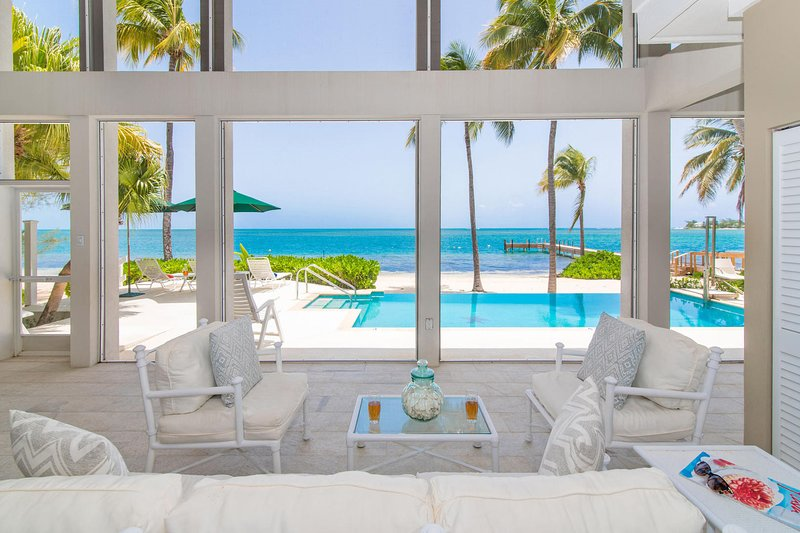 Las vistas al mar te siguen a lo largo de esta hermosa casa.