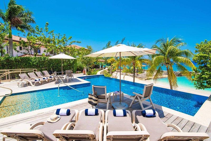 Casa Luna Villa #4: Gated Luxury Resort Near Seven Mile Beach w/Barefoot Beach, vakantiewoning in George Town