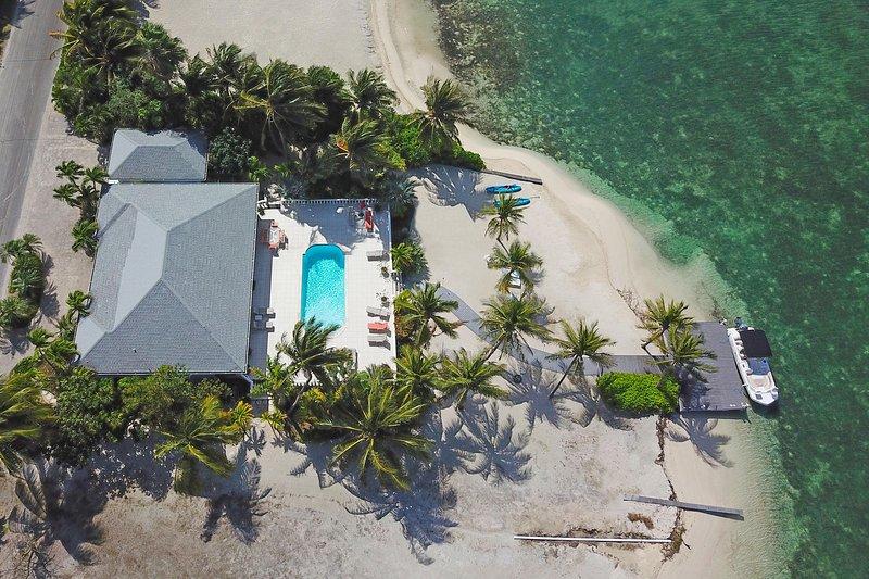 ¡Bienvenido a Kailypso! Aquí hay una vista aérea de la casa, la playa y el muelle.