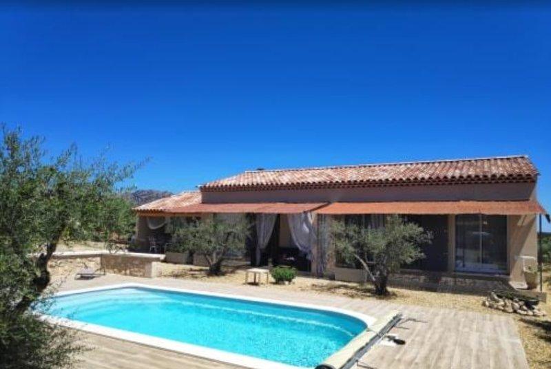 Beautiful house with pool access, location de vacances à Eyguières