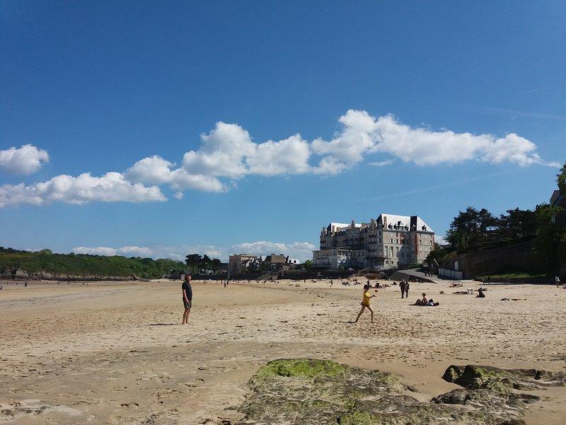 A 100 m des commerces et de la plage, Ferienwohnung in Saint-Lunaire