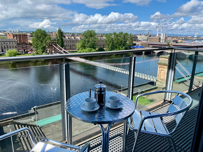 Clyde Waterfront Superior 2 bedroom Apartment (Balcony, River View, Parking), location de vacances à Glasgow
