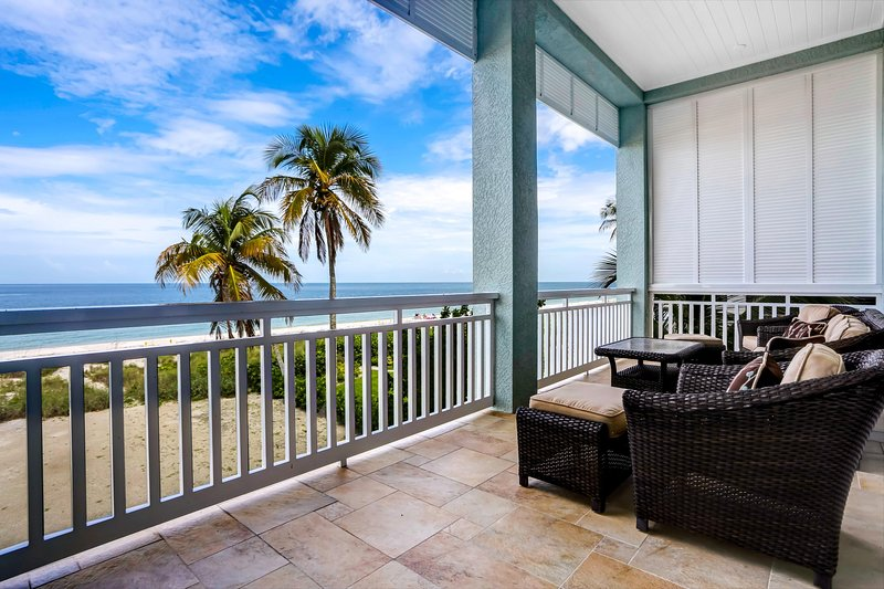 Contemporary Direct Beachfront Luxury | 4-Bedroom w/ Heated Pool & Spa, vacation rental in Survey Creek