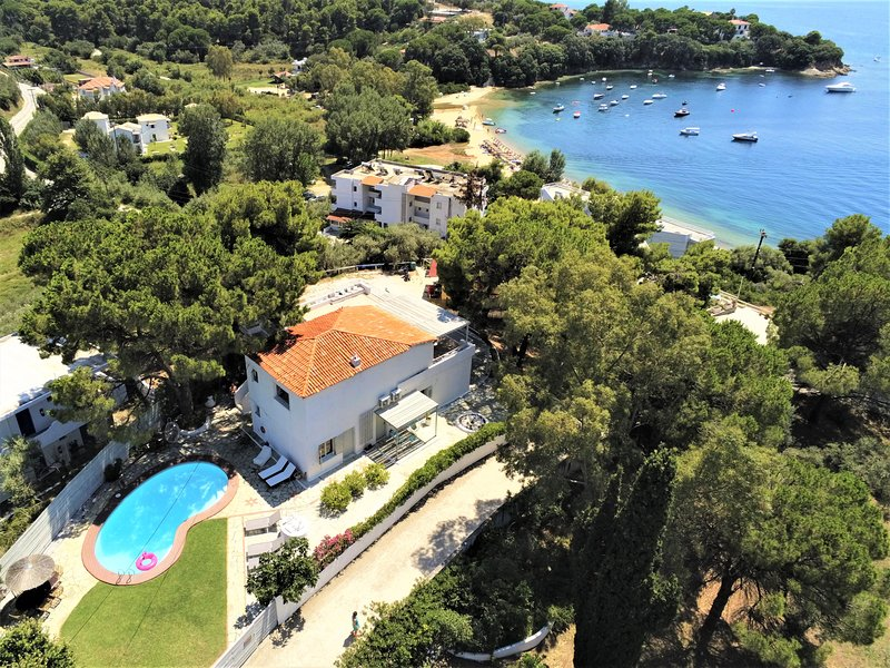 Villa Asteri, Skiathos with stunning views over Kolios Bay.  Daily maid service!, aluguéis de temporada em Sporades