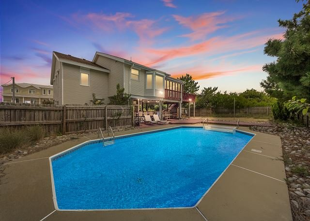 Just steps to the beach with a pool, 5 bedrooms, 3 baths, sleeps 14, holiday rental in Virginia Beach