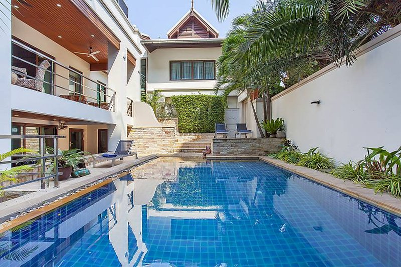 Private 5 Bedroom Villa with Private Pool in Phratumnak Pattaya, near Cosy Beach, holiday rental in Pattaya