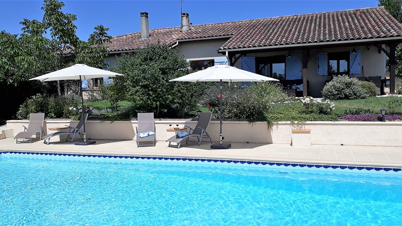 Beautiful, stylish and comfortable gite (cottage) with private pool, holiday rental in St. Eutrope de Born
