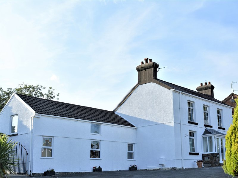 11 HEOL HENDRE, en-suites and exposed beams, outskirts of Llanelli, casa vacanza a Llannon