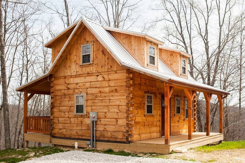 The 'Hampton'...An Amish-Built Log Cabin with a Private Ravine View ;), holiday rental in Louisa