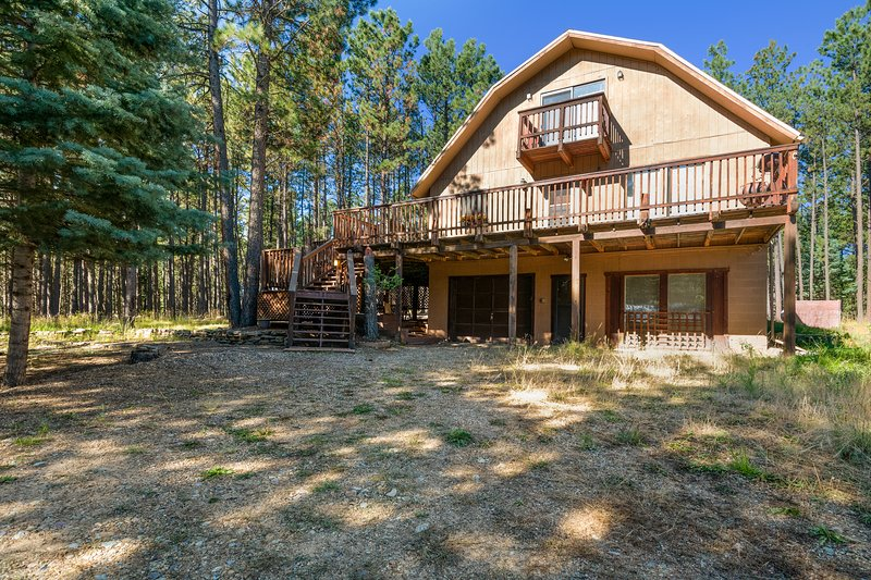 Woodsy cabin w/ huge deck and yard views - close to Monte Verde Lake!, holiday rental in Angel Fire